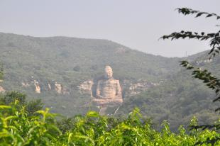 Sitting Buddha at Kaihua Monastery 〉